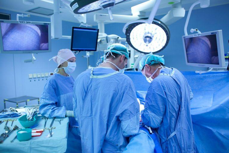 Злоупотреба! По едно и също време съдов хирург оперира във Враца, преглежда в Шумен и прибира 200 000 лева
