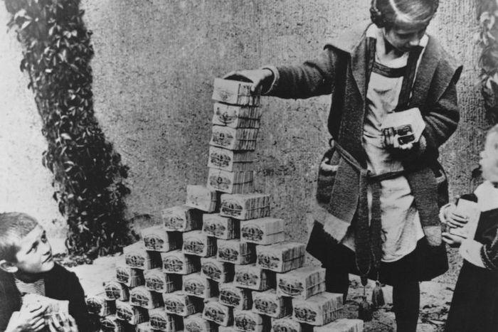 Резултат с изображение за 1923 г. започва хиперинфлация в Германия.