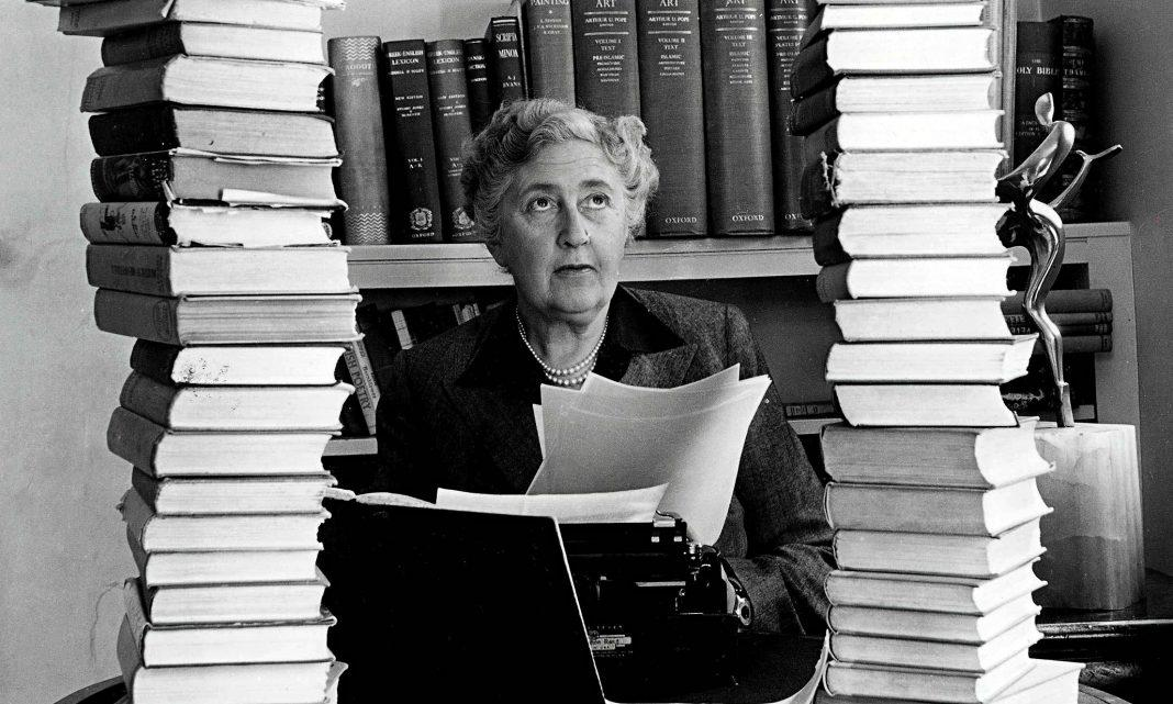 Agatha Christie surrounde 009