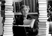 Agatha Christie surrounde 009