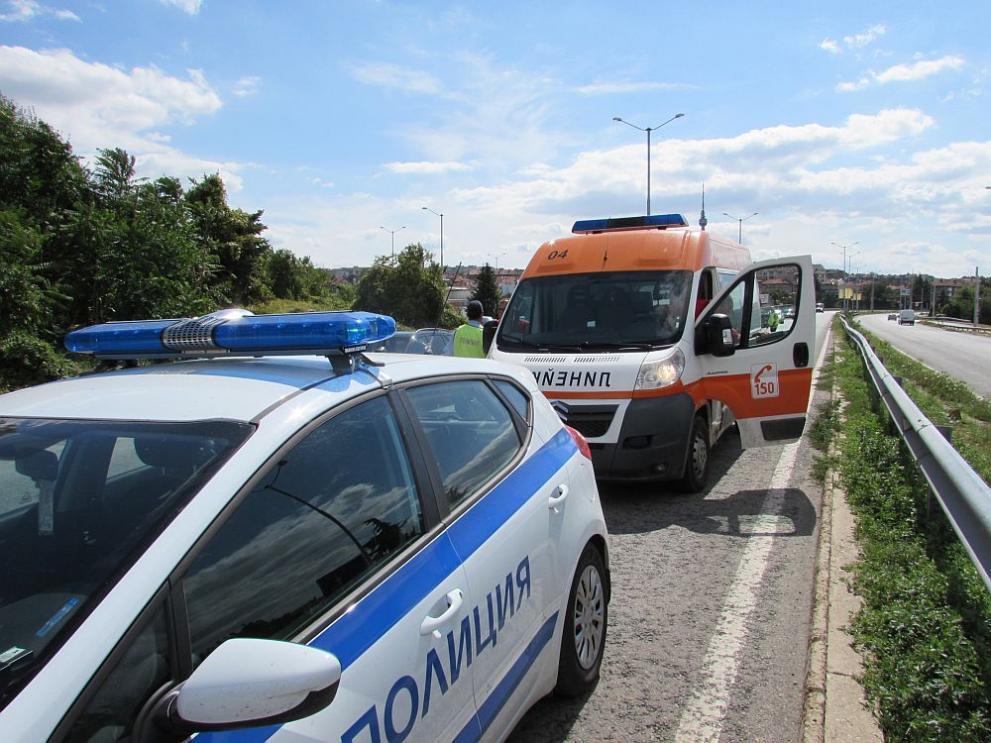 Страшен пътен инцидент край Перник! Лека кола удари линейка - ПЕРИСКОП