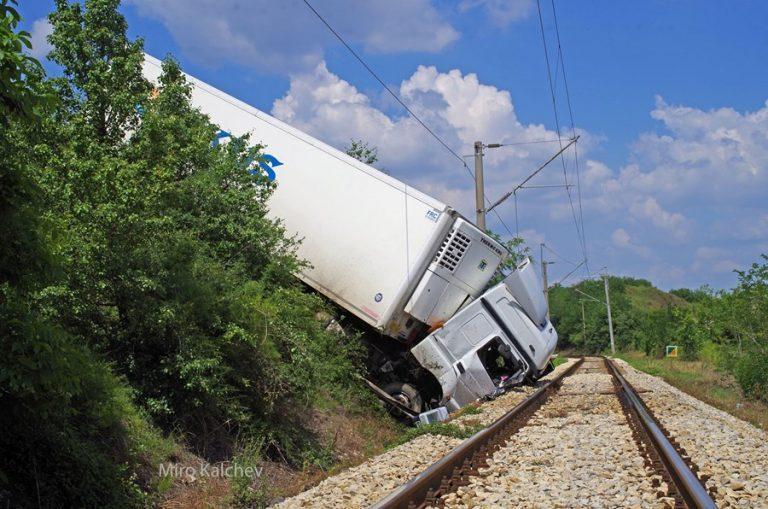 Драма край Русе! Шофьор на камион атакува жп релси