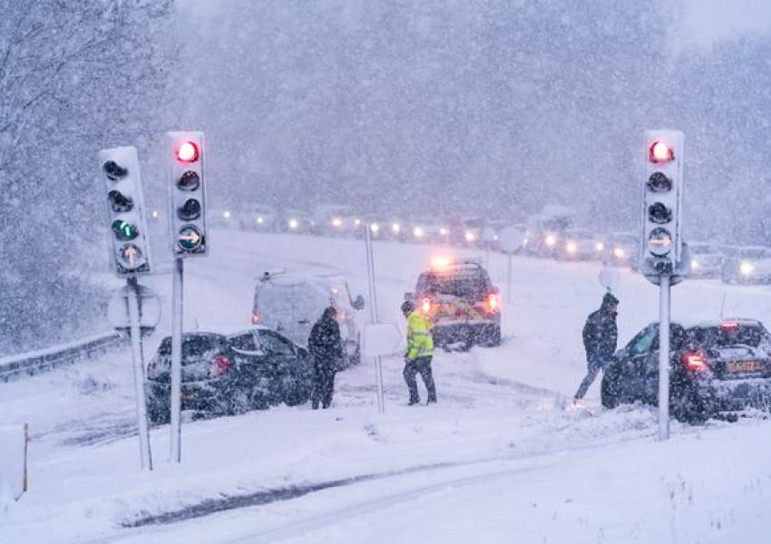 1 PAY Snow chaos strikes Hampshire Drive