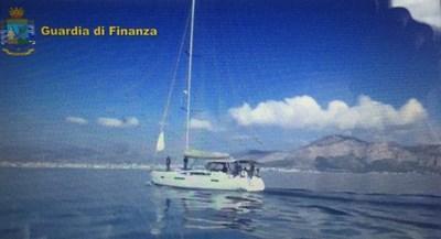 Майко мила! Арестуваха трима българи с 6 тона хашиш на яхта до Палермо
